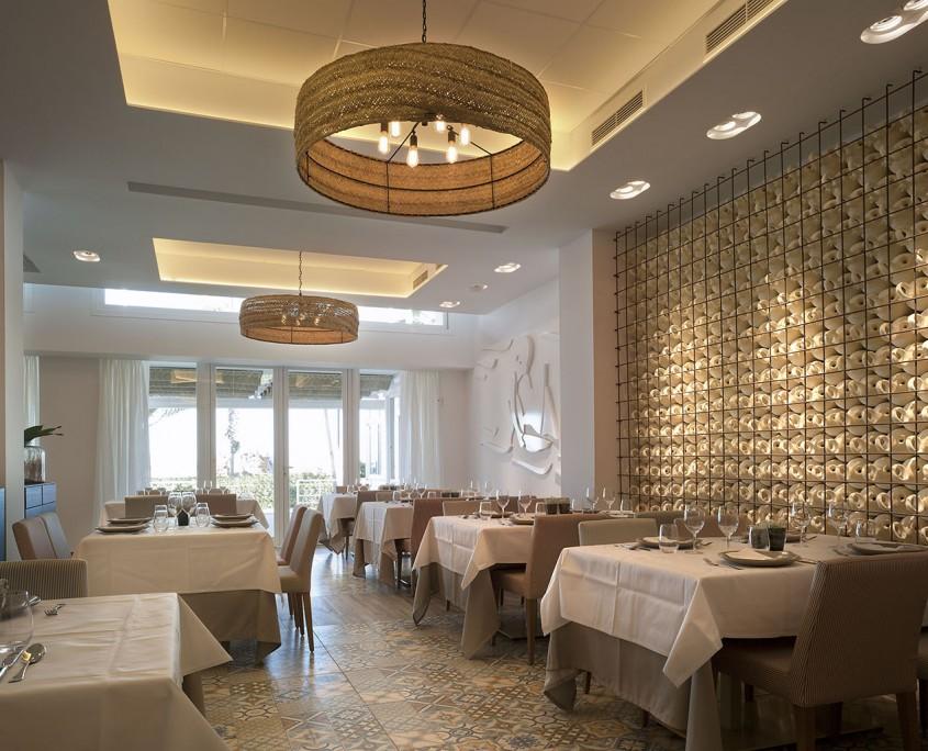 Interior del restaurante en valencia con el mural de botijos