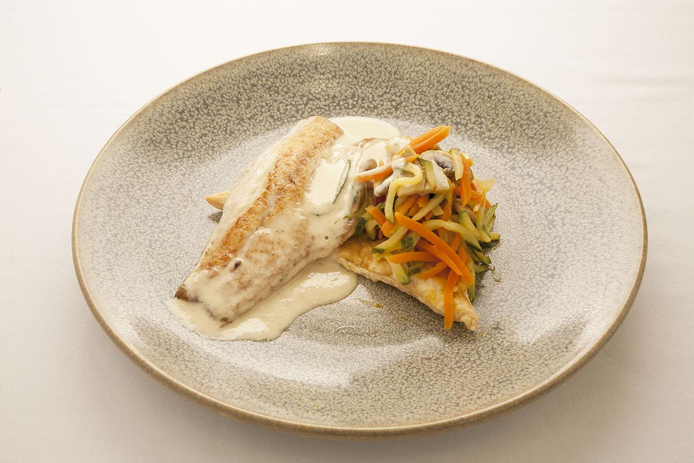 Lubina con hojaldre de verduras y salsa de chalotas